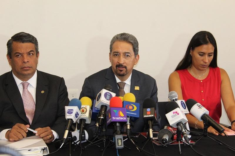 En rueda de prensa, acompañado por los funcionarios de Rectoría, Serna González exhortó a los trabajadores administrativos y manuales a confiar en las autoridades universitarias respecto a la cabal entrega de sus prestaciones laborales