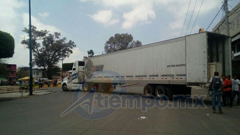 Hasta el momento, las autoridades estatales y municipales no han hecho nada para liberar las vialidades ni los vehículos secuestrados, pues se han limitado a observarlos a distancia (FOTO: MARIO REBOLLAR)