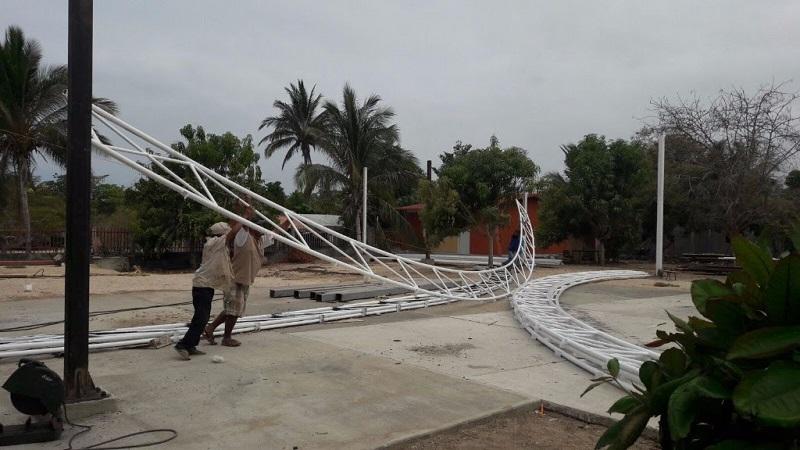 """En Aquila, la dependencia colocó la techumbre del patio cívico del jardín de niños """"Ricardo Flores Magón"""" de la localidad Faro de Bucerías, beneficiando a 50 infantes"""