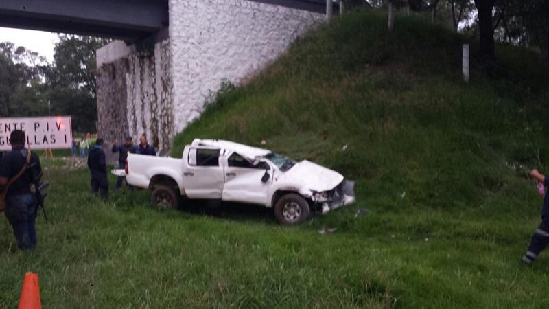 Información proporcionada por fuentes policiacas indicó que la camioneta transitaba por dicha carretera y debido al piso mojado la unidad derrapó