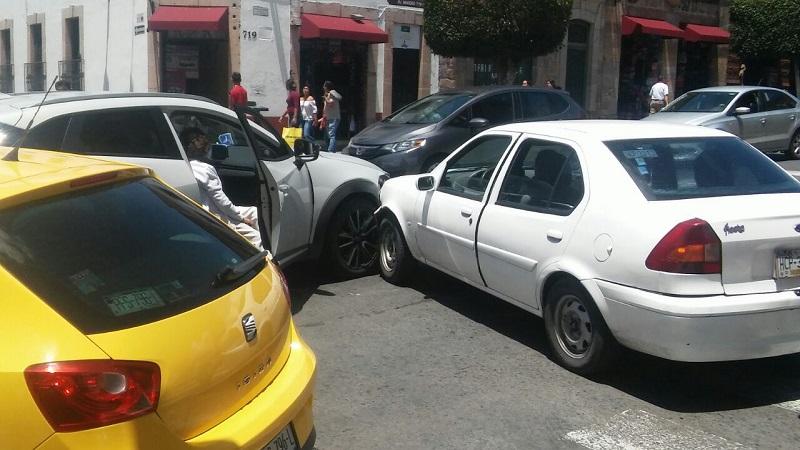 Ahora chocaron una camioneta y un auto compacto en un complicado cruce vial de la capital michoacana