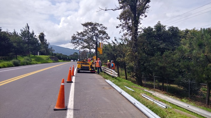 Entre las acciones que el Centro SCT Michoacán está realizando, se encuentran la conservación rutinaria de tramos y puentes a mil 603.35 kilómetros con una inversión superior a los 100 millones de pesos