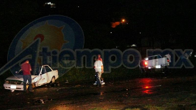 """Tras el impacto los ocupantes del taxi resultaron lesionados mientras que los ocupantes de la camioneta se dieron a la fuga del lugar, quedando solamente uno de ellos lesionado ya que viajaba en la """"batea"""" de la camioneta"""