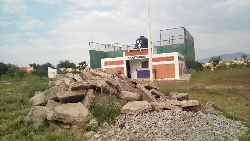 Apenas el fin de semana se difundió que ha sido clausurado el Auditorio de Usos Múltiples de la Unidad Deportiva Bicentenario, donde también es evidente la falta de mantenimiento por parte de las autoridades municipales (FOTOS: MARIO REBOLLAR)