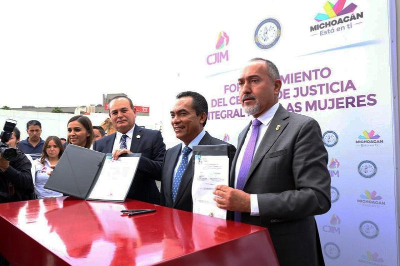 Adrián López refirió que este acuerdo significa otro paso adelante en las acciones para atender a las michoacanas, ya que erradicar la violencia contra este sector es una tarea en la que deben trabajar autoridades y ciudadanía