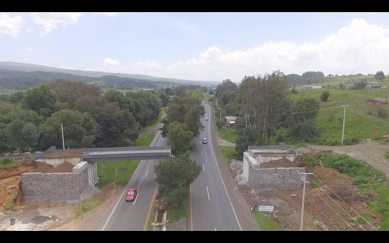 Los automovilistas que deseen circular en dirección a Pátzcuaro deberán compartir carriles en sentido contrario, es decir, transitarán a contra flujo con el fin de que no detengan su marcha por completo