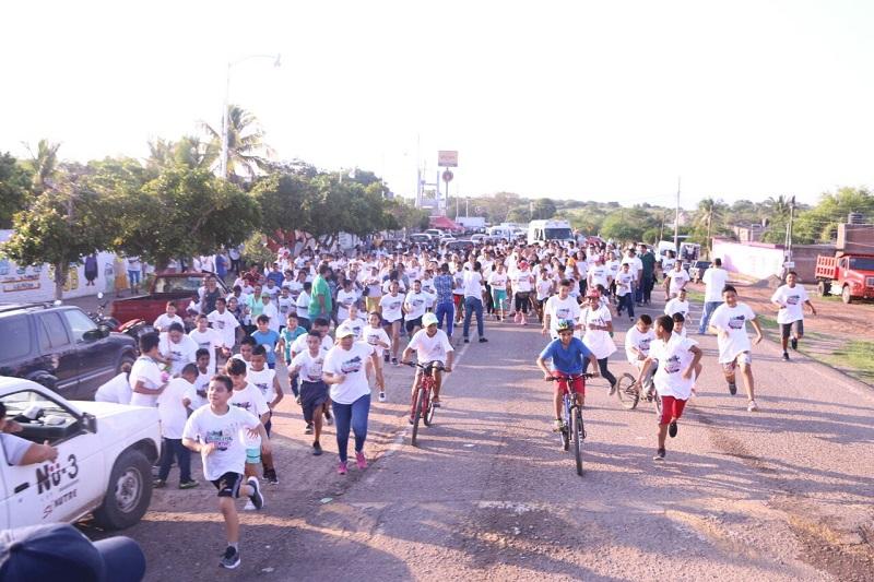 """El alcalde Gilberto Zarco informó que se reportó gran participación en las actividades del domingo en la carrera juvenil """"Coloréate de Juventud"""", en la Secundaria Número 2, en donde niños y adultos acudieron a apoyar a los participantes"""