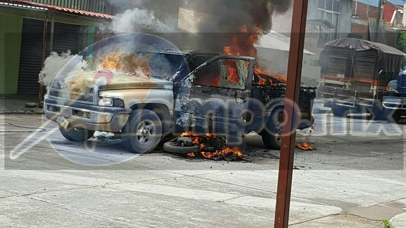 Personal de la ABEM arribó al lugar y controló el incendio; personal de la Policía Michoacán realizó el peritaje del accidente así como retiro las unidades a un corralón