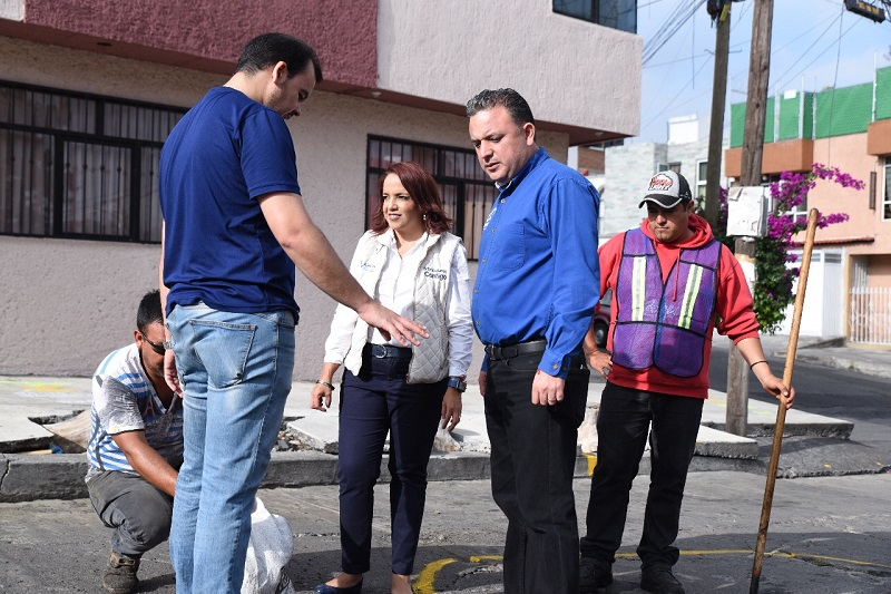 Acompañado por la también diputada Andrea Villanueva y el regidor Benjamín Farfán, Quintana Martínez sentenció que el Programa de Mantenimiento Vial del Ayuntamiento de Morelia no ha dado resultados