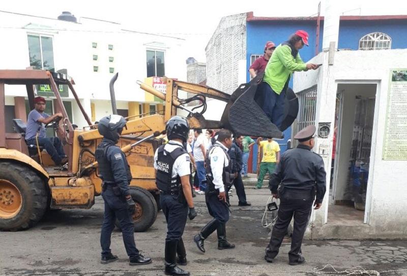 """Sin saber por qué razón los """"luchadores sociales"""" colocaron las jardineras construidas con cemento o si cuentan con permiso de alguna autoridad, algunos automovilistas pidieron que se actúe de la misma manera que lo hizo personal del ayuntamiento con la caseta colocada en la colonia Las Higueras"""