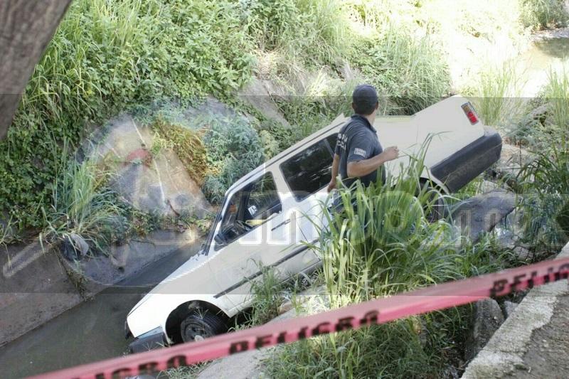 Tras recibir los impactos de arma de fuego en el cuerpo el hombre perdió el control del vehículo para caer a un canal de aguas residuales que se ubica sobre la Avenida Noyola