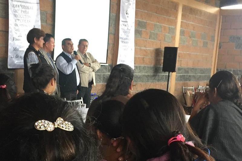 """Constantino Ortiz García acudió como invitado a inaugurar y exponer en el taller de riesgos de la contaminación en el manejo de productos agrícolas, dentro de la norma """"Global G.A.P."""", enfocada a la exportación"""