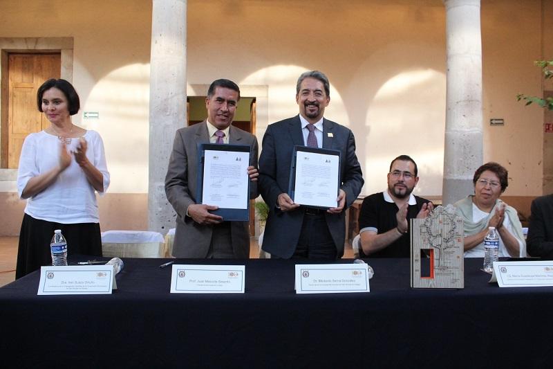 En ceremonia llevada a cabo en el edificio de la Presidencia Municipal de Cuitzeo, el rector de la Casa de Hidalgo, Medardo Serna González, tomó la protesta a los integrantes del Comité que encabeza el alcalde Juan Mascote Sesento