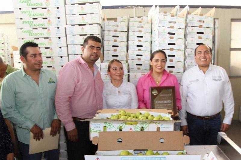Con el objetivo de reactivar las vocaciones productivas de las regiones del estado de Michoacán, la Sedesol a través del INAES promueve un nuevo modelo para el desarrollo social que está permitiendo la inclusión de productores agropecuarios que se han convirtiendo en empresarios: Narcedalia Ramírez