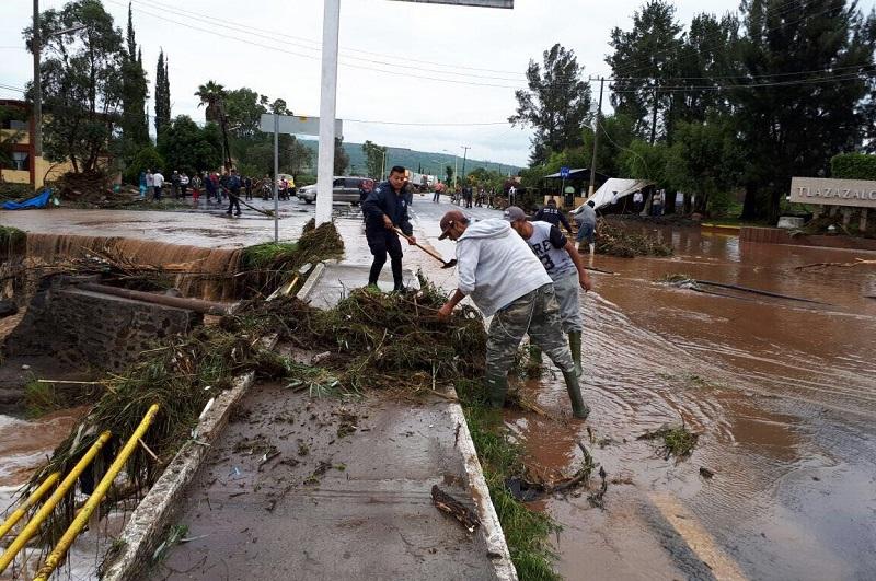 Al momento, corporaciones de Zamora, La Piedad, Purépero y Zacapu se encuentran en el lugar coadyuvando a las labores de limpieza, toda vez que se tiene el registro de la caída de al menos una decena de árboles