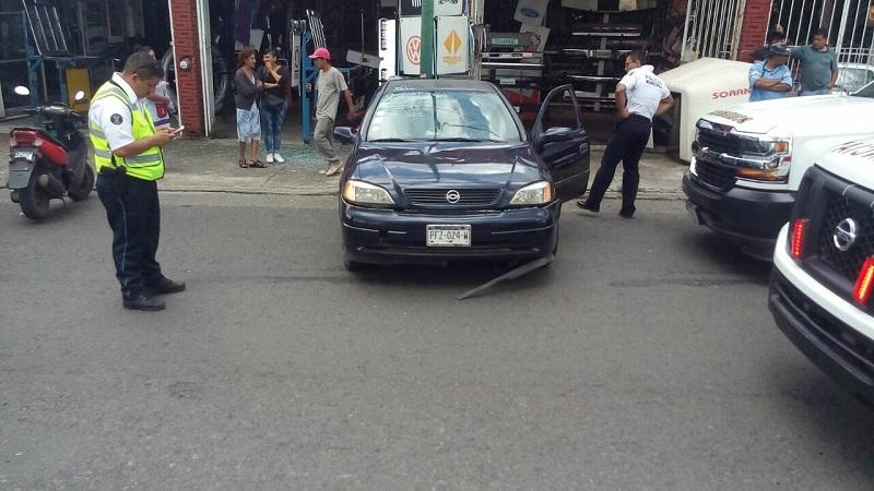 El accidente se registró casi en el cruce con la calle Jesús Carranza, a donde arribaron paramédicos de la Cruz Roja y de la Policía de Morelia para realizar las diligencias correspondientes