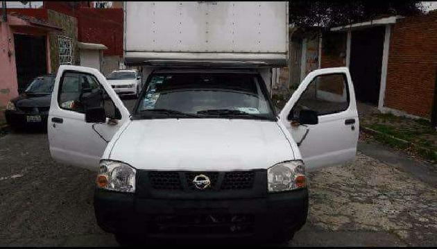 Una camioneta de una empresa de lácteos fue robada la mañana de este lunes afuera de una tienda de abarrotes en Uruapan