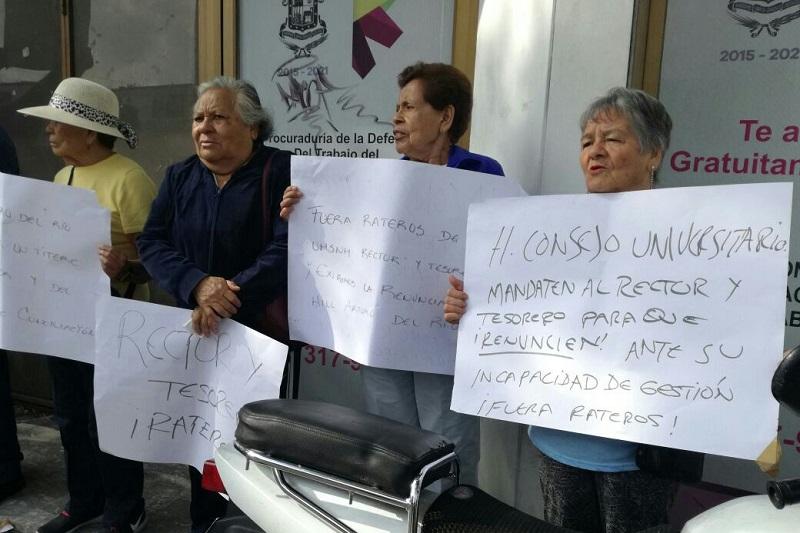 """Con pancartas en mano, los adultos mayores festejaron en """"Día del Abuelo"""" acusando a Hill Arturo de conducirse con parcialidad y nombrarlo al mismo tiempo traidor de los trabajadores"""