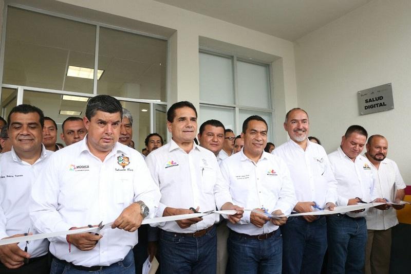 En este marco, el mandatario estatal entregó las llaves de 18 nuevas ambulancias a un mismo número de municipios y señaló que este tipo de trabajos son en beneficio de los michoacanos, pues el rubro de la salud es un eje primordial para el Gobierno del Estado que encabeza