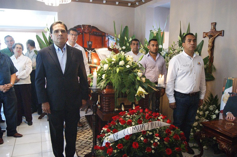 Tras ofrecer el pésame a los deudos, el mandatario estatal y el secretario de Gobierno, Adrián López Solís, realizaron guardia de honor junto a los restos del munícipe