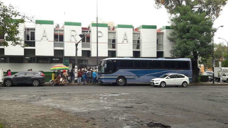 Al lugar arribó un autobús con manifestantes; hasta el momento la manifestación es pacífica
