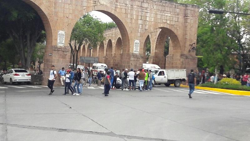 Llegaron al lugar policías antimotines de la Unidad para el Restablecimiento del Orden Público (UROP), y mediante el diálogo lograron que los manifestantes se replegaran y dejaran libres las vialidades