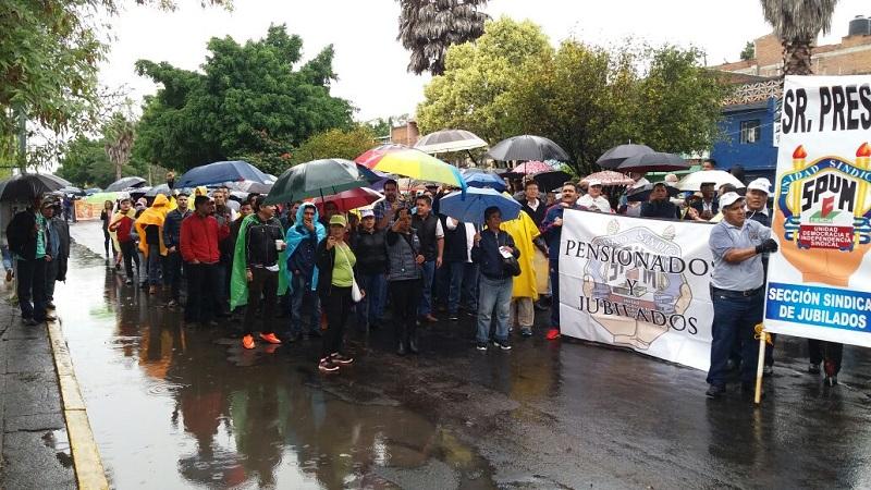 Durante la marcha, los dirigentes de ambos gremios se quejaron de que la autoridad no les haya dado permiso a la totalidad de sus agremiados para asistir a la manifestación luego de que a través de oficios para ambos gremios, su solicitud fue rechazada