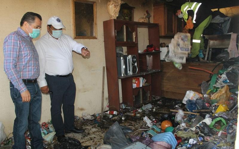 Gil Vázquez precisó que entre los residuos que Don Juan acumuló, se encuentran botellas y bolsas de plástico, zapatos viejos, ropa, comida, aparatos electrónicos descompuestos, así como diferentes muebles que se fueron acumulando durante los últimos años