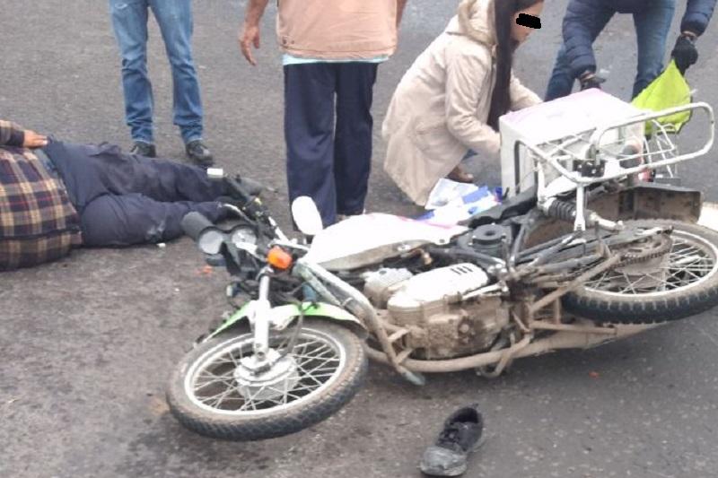 Mientras el motociclista quedó derribado en la cinta asfáltica, el conductor responsable huyó del lugar