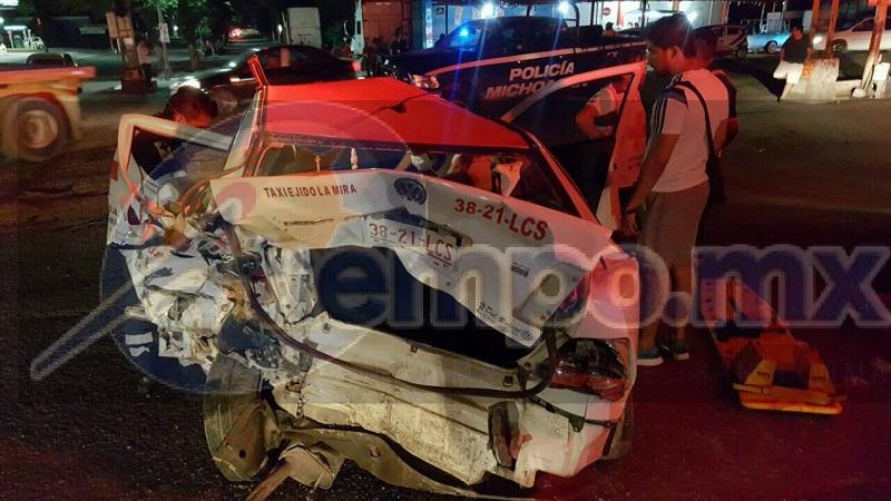 Derivado al fuerte impacto el conductor de la unidad de alquiler resultó lesionado, por lo que fue atendido por paramédicos de Cruz Roja, quienes lo trasladaron a una clínica privada