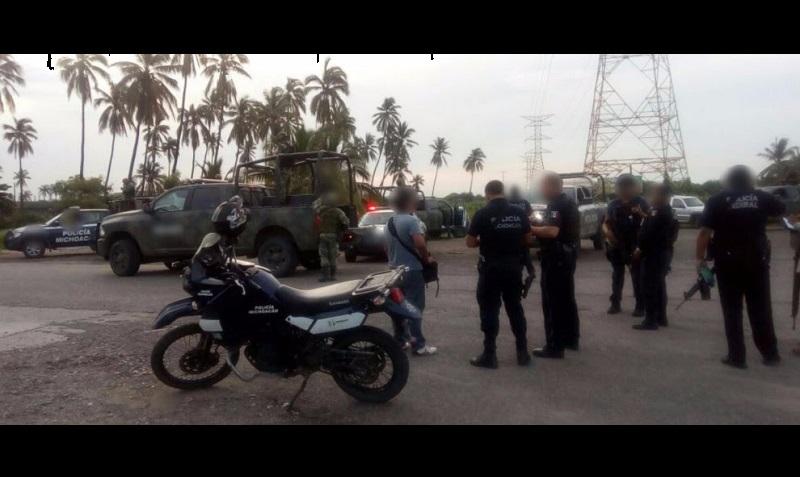 Una denuncia ciudadana al 911 informó sobre una presunta privación de la libertad a una persona del sexo masculino en Playa Jardín, por lo que personal de la Policía Michoacán y castrense se movilizó al lugar, donde fueron agredidos a disparos desde un taxi