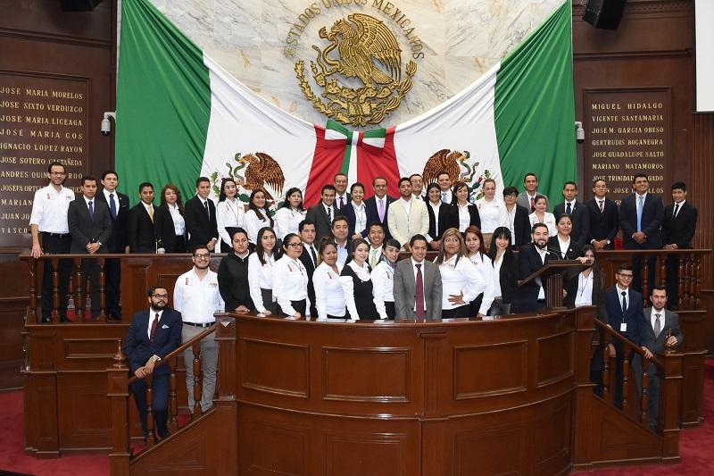 """Por su parte, el diputado Daniel Moncada, Presidente de la Comisión de Jóvenes y Deporte, hizo un llamado a los jóvenes parlamentarios a """"romper"""" con los estilos políticos tradicionales, a tener una coordinación ciudadana para construir mayorías y defender la gran empresa que es México, """"nuestro hogar"""""""