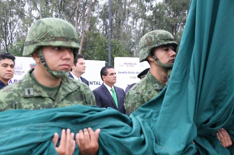 Acompañado de autoridades de los tres órdenes de Gobierno, así como de los integrantes de la Junta Patriótica Independencia de México y José María Morelos y Pavón 2017, Aureoles Conejo izó el Lábaro Patrio