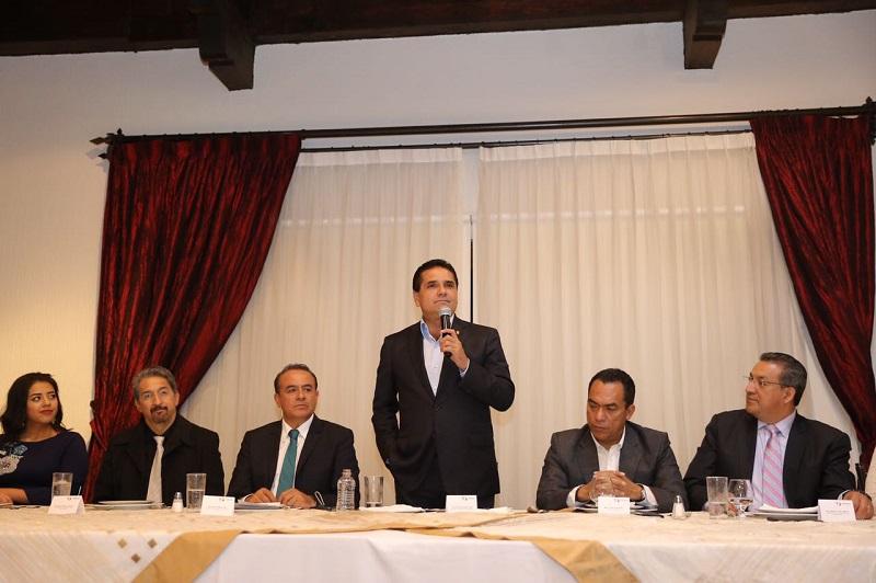 En presencia de los representantes del Congreso de Michoacán, rectores y funcionarios estatales, el mandatario estatal hizo un llamado a las y los jóvenes a no desistir de sus sueños y seguir luchando para hacerlos posible