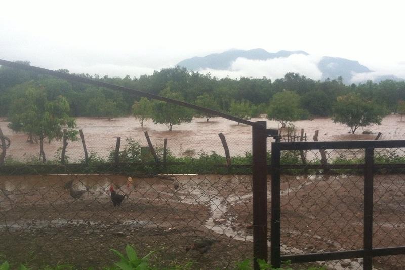 Tras las fuertes lluvias que cayeron la noche de este sábado y madrugada del domingo en la Tenencia de santa Cruz de Villagómez, perteneciente al municipio de San Lucas, el Río Salguero se desbordó, quedando atrapada una familia en el interior de su vivienda