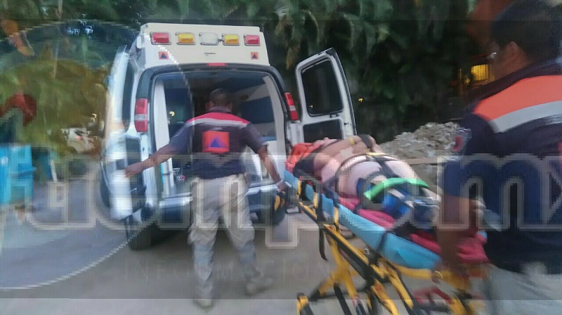 Al atenderla paramédicos estatales observaron que presentaba una posible fractura, por lo cual le colocaron una férula en la pierna derecha, la aseguraron en una camilla rígida para inmovilizarla y trasladarla a una clínica particular en Zihuatanejo