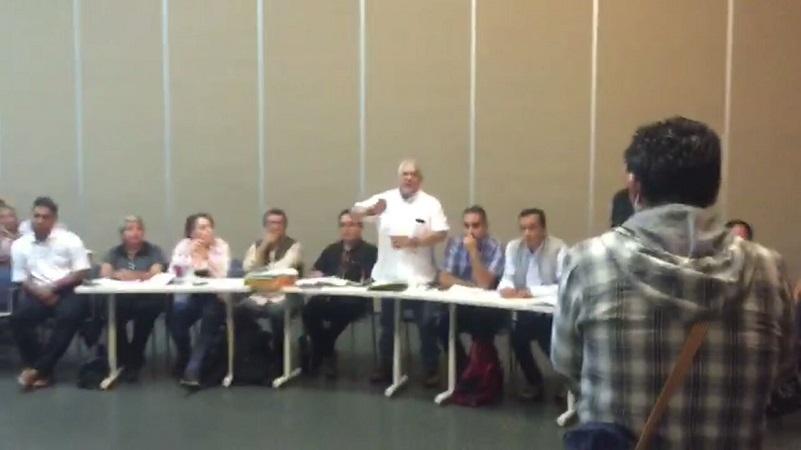 Serna González daba respuesta al tema de las despensas cuando los seguidores del dirigente del gremio comenzaron a gritar, silbar y agredir verbalmente a las autoridades