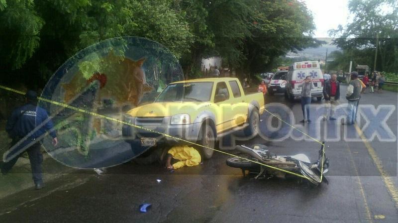 La camioneta arrastró varios metros al conductor de la motocicleta, quedando debajo de la camioneta
