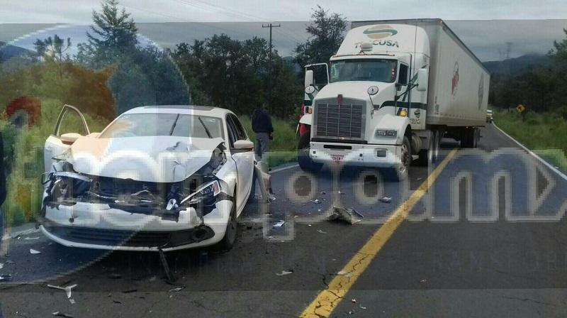 Testigos indicaron que la unidad tipo Jetta fue impactado primeramente por otro vehículo. el cual se dio a la fuga y posteriormente el tracto camión chocó por alcance