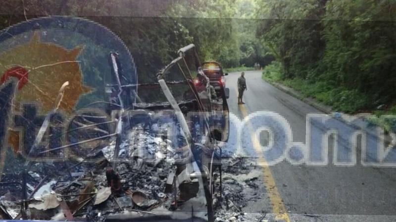 Automovilistas que circulaban por la ubicación trataron de apoyar para sofocar el incendio, pero la camioneta quedó consumida en su totalidad