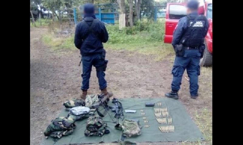 Durante la acción operativa también fueron asegurados un cargador de arma larga y estrellas ponchallantas