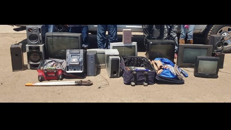 La detención se logró cuando personal de la Unidad Básica de la Policía Michoacán logró ubicar a los imputados cuando transportaban los artículos robados en este municipio