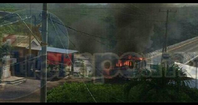 Al lugar se trasladaron unidades de la Policía Michoacán en coordinación con Policía Federal para retirar las unidades y desbloquear las carreteras