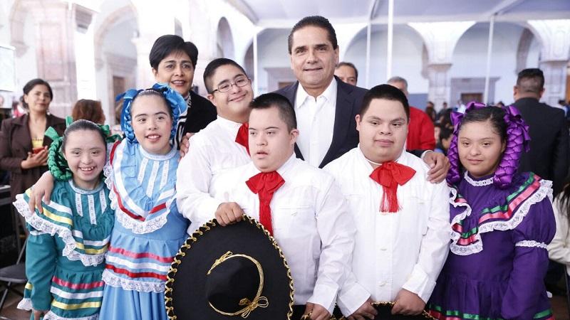 El mandatario estatal se dijo orgulloso de las y los 16 jóvenes ganadores y 13 más que recibieron menciones honoríficas, a quienes felicitó ampliamente por su trayectoria y aportación a Michoacán