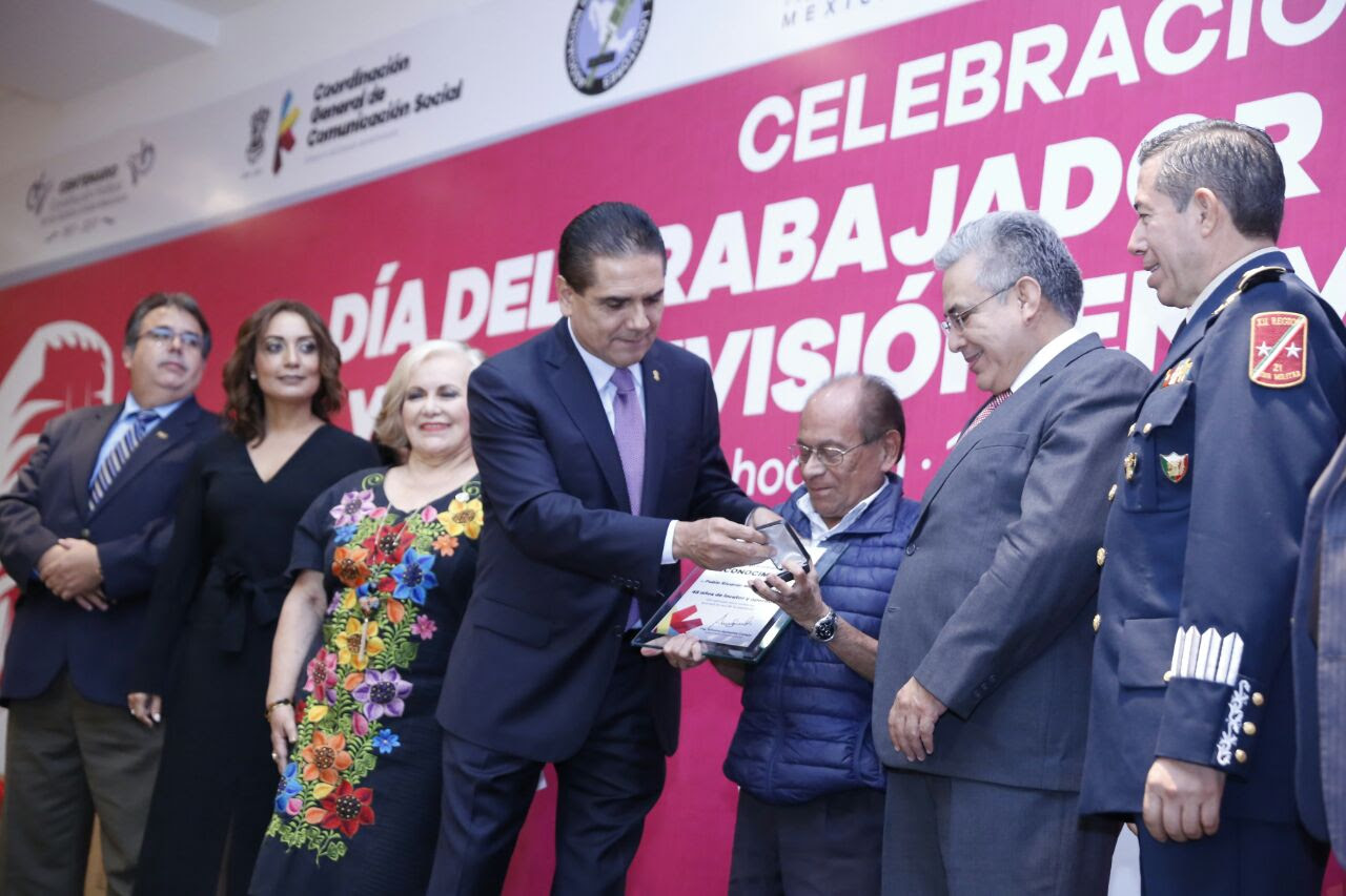 El mandatario estatal recibe de la Asociación Nacional de Locutores de México A.C. la presea Micrófono de Platino por contribuir a la profesionalización de este gremio en el estado