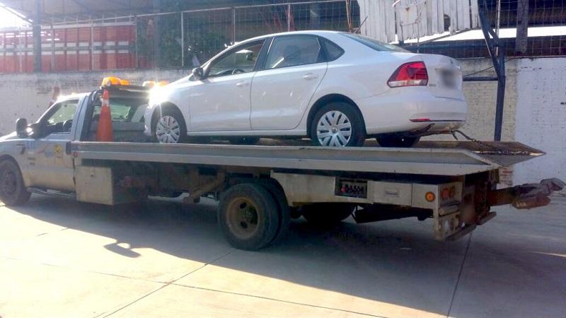 A José V., Alcibíades E. y Adán P., quienes serán puestos a disposición de la autoridad competente para continuar con las investigaciones, se les aseguró un vehículo marca Volkswagen, tipo Sedán, con reporte de robo