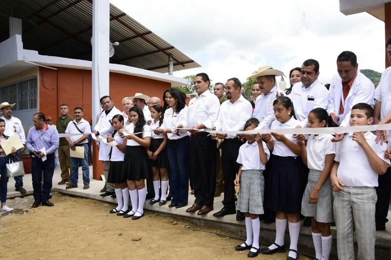 Además, Aureoles Conejo presentó a un médico y una enfermera, quienes atenderán las necesidades de salud las 24 horas en la localidad
