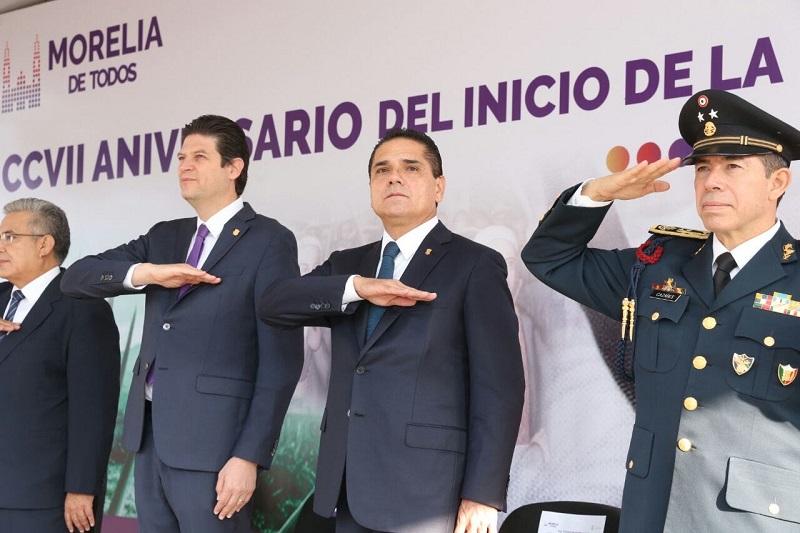 El mandatario estatal Silvano Aureoles, acompañado de autoridades de los tres Poderes del Estado, depositó una ofrenda floral y rindió guardia de honor en el monumento en el que se recuerda al Padre de la Patria, Don Miguel Hidalgo