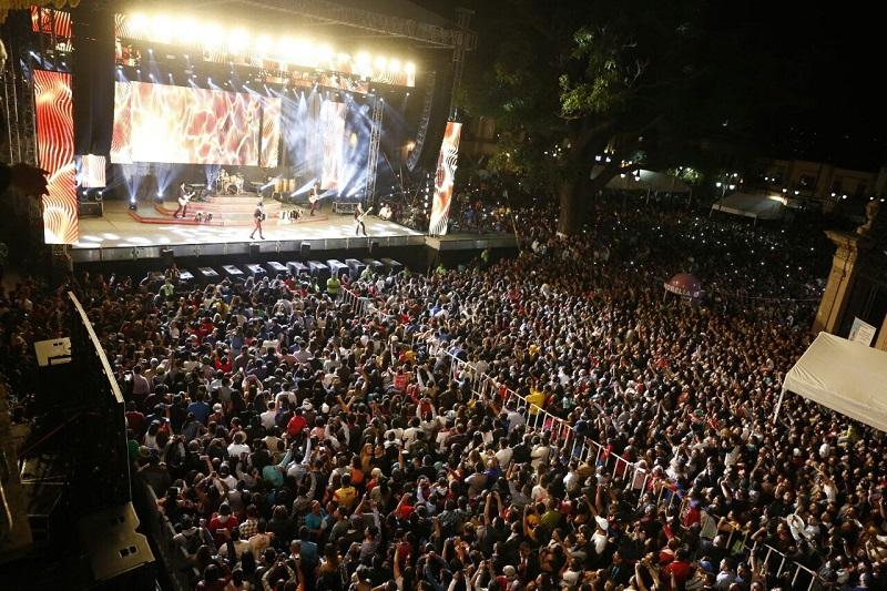 A las 23:28 horas, el grupo Los Tigres del Norte hizo su aparición en el escenario que se montó sobre la Avenida Madero y deleitó a la concurrencia con éxitos como La puerta negra, Golpes en el corazón, Ni parientes somos, La mesa del rincón, entre otras