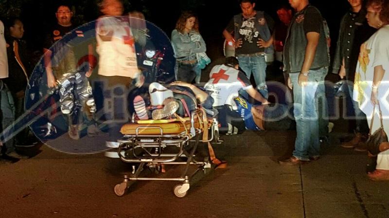 Personal paramédico de Cruz Roja arribó minutos después del percance por lo que atendió a ambos lesionados, los cuales trasladó a urgencias del Hospital General